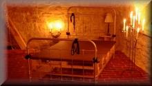 Nusspresse BDSM Bett im Kellergewölbe